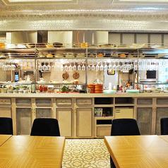 おしゃれなオープンキッチンを眺めることできる解放的なお席はお一人様のご利用はもちろん、デートにもオススメです。
