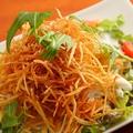 料理メニュー写真パリパリじゃが芋と温玉のシーザーサラダ