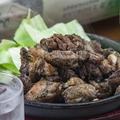 料理メニュー写真炭のスモーキーさを纏った『霧島鶏炭火焼き』