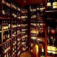 自慢のワインセラー。ワインラヴァーが夜ごと集う大人のための空間で、創意に満ちたスペシャリテと厳選ワインを堪能。多数の日本ワインを取り揃えてお待ちしています。