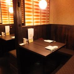 【2名様半個室】L字シートで距離も縮まる◎人気のお席です。カップルでご来店のお客様におすすめのシートです。お客様どうしの仕切りで周囲も気になりません。テーブル式のお席でさっと着席してすぐにお楽しみいただけます。