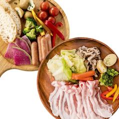 料理メニュー写真チーズフォンデュの具材と豚しゃぶのセット