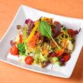 料理メニュー写真彩り野菜のガーデンサラダ