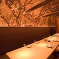 天井一面に絵画が広がる10名様~12名様用の完全個室をご用意致しております。桜に彩られ和の情緒を感じさせる空間で本格和食はいかがでしょうか。お洒落な落ち着いた雰囲気で大人の時間を演出します。銀座で飲み会の際はぜひ当店をご利用くださいませ。