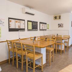 カウンターはハイテーブル、ハイチェアーで気軽に座りやすいお席です◎お連れ様と向かい合わせでも話しやすいようにテーブル仕様になっております。
