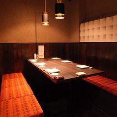【4~6名様半個室席】テーブル式の落ち着く個室席です。シックな内装はお酒をゆっくりと楽しむのにぴったりの空間です。お酒を愉しみながら、自慢の炭火焼や串焼きなどの和食料理をお楽しみください。鍋や〆のご飯ものなどしっかり召し上がれるお食事もご用意しております。