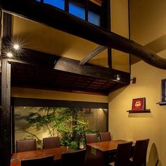 【テーブル席】奥にはライトアップされた中庭が。ゆったりとした上質空間をお楽しみ頂けます。