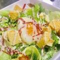 料理メニュー写真半熟たまごのシーザーサラダ