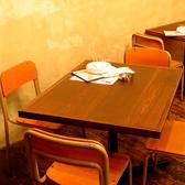 懐かしい学校の椅子で乾杯!大人になってからこの椅子でお酒飲むと、記憶もフラッシュバックして盛り上がりますよ!