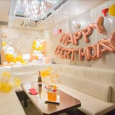お祝い装飾を施した「お祝いルーム」は誕生日会や記念日のお祝いに最適!バルーン装飾だけでなく、メッセージボードなどもご用意しております♪