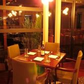 窓際のテーブル席はデートシーンにも大活躍。ロケーション最高の鳥屋野潟で特別ディナーはいかが。