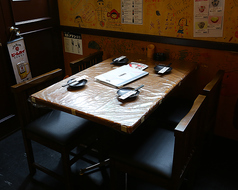 仕切りがついたテーブル席