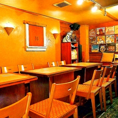 レトロな雰囲気を楽しみながらお食事を楽しめるテーブル席です。