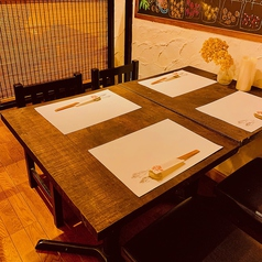 4名様テーブルが2卓ございます。2卓を合わせて最大10名様のご宴会などにもご利用が可能です♪