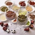 こだわりは食材選びから。本場四川料理の味を作り上げるのに欠かせない、数多くの香辛料。それぞれの味や特徴をバランスよく調合するには、長年の経験や知識が必要です。当店のシェフは自らの目と舌で一つ一つの素材を選び抜き、様々な食材と合わせることで旨みや食材自体の味わいを最大限に引き出します。
