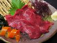 クセがなくさっぱりとした味わいの【馬刺し】にんにくやショウガなどの薬味と味わえます。