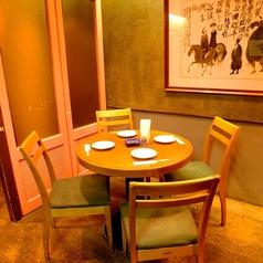 少人数での女子会にもピッタリのテーブル席。
