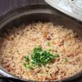 【土鍋炊き込み飯】 400円(税抜)  土鍋で炊くとよりご飯がふっくらして香りがとても食欲を注ぎますよね。おこげもできてもっとおいしく食べられます♪ 〆にもおすすめです。