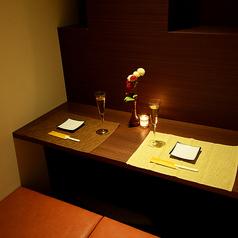 カップル個室は円卓と横並びの席タイプもあり