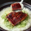 夏限定の鰻は、昔ながらの製法で香ばしくふっくらと焼き上げて風味を楽しみます。焼きや蒸しなど、熟練の職人が生み出す創作料理の数々は、素材本来の味を最大限に引き出した珠玉の一品に仕上がっています。肉厚で食べ応えある鰻をふっくらと焼き上げました。秘伝の醤油だれでお召し上がりください。