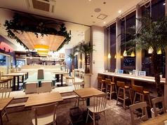 木のあたたかさ、色鮮やかなソファー、緑豊かな癒し空間…非日常のオシャレカフェでまったり。
