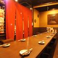 4名様から20名様のテーブル席になります。暖簾で仕切れば、4名、6名、8名、10名様…などのお席をご用意出来ます。