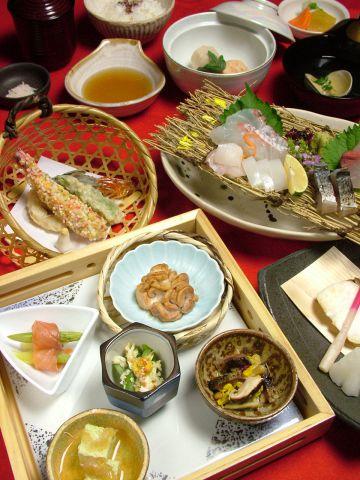 四季折々の食材を取り入れた彩り鮮やかなコースをご用意しております。
