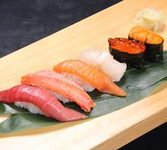 料理メニュー写真握り寿司(六貫)《中とろ・ずわい蟹・サーモン・ホタテ・いくら・うに》