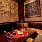 モダンなアジアン絵画が施されたカラオケ個室。1~3名様