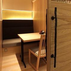 【少人数用個室】あたたかな灯りのテーブル個室。落ち着いた店内でゆったりお過ごしいただけます。友人とのお食事やデートなど様々なシーンで◎