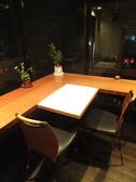 L字型に着席の窓側テーブル。距離感が近いので、カップルにオススメ♪