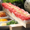 料理メニュー写真赤身肉を握る牛ユッケ寿司 (30cm)
