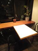 窓側。開放感のあるテーブル席
