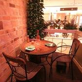 3名様までご利用可能な開放的なオープンテラス席です。女子会やパーティー等にぴったりなお席です。