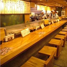 目の前で寿司職人がにぎってくれるカウンター席!