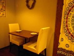 デートなら2人席がオススメ。2人掛け×2卓のご用意です。