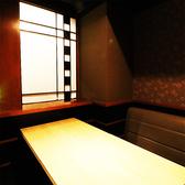 お洒落なテーブル席はパーテーション仕切りで周りを気にせずお過ごしいただけます。(新橋/個室/居酒屋)