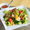 料理メニュー写真【蒸し鶏とフルーツのクスクスサラダ】多種の野菜を使用し栄養満点◎見た目にもこだわり抜いたサラダです!