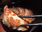 「鉄なべ焼き餃子」の餃子はお肉がいっぱい詰まっていて皮はパリッと中はとってもジューシーです!!