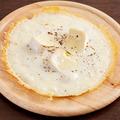 料理メニュー写真チーズクリームソースのカマンベールピザ