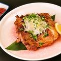 料理メニュー写真麓鶏の手羽先と里芋のスープ煮/麓鶏のざっくり炙り焼き