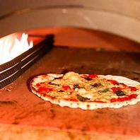 自家製石窯で焼き上げるできたて30センチピザ500円!