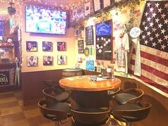店で一番大きいお席(単体時)!樽の上に特注の天板を乗せたお席には、料理もたっぷり乗るので、みんなでわいわい食事をしながらのスポーツ観戦にはうってつけ!※テーブル席は自由自在にレイアウト可能★人数に合わせてどうぞ♪結婚式の二次会や団体様にも大好評!