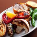 鮮度・味・安全にこだわった野菜を使用したお料理はこだわりの逸品です!焼き野菜から小皿料理など、種類豊富にご用意しておりますので、色々なお料理を少しずつ食べるのも◎わいわい活気溢れる店内は、まるで本場の欧州バル♪是非一度お越しください。