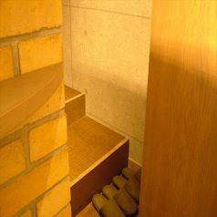小上がりスペースがあり。階段をあがると…