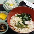 伊志井といえば「きしめん」。かつお・こんぶをふんだんに使い、塩味でさっぱりとしたダシ汁。きしめんとの相性バツグン。