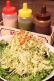 やみつき!自家製オリジナルドレッシング3種。ボリューム満点のサラダをお好みのお味でお召し上がりください。