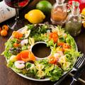 料理メニュー写真生ハムと旬野菜のフラワーリースサラダ