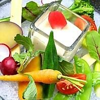 季節野菜がたっぷり入った彩お野菜のバーニャカウダ