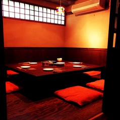 掘りごたつの完全個室完備。テーブルを囲んで楽しい時間を。少人数~団体まで宴会可能です。